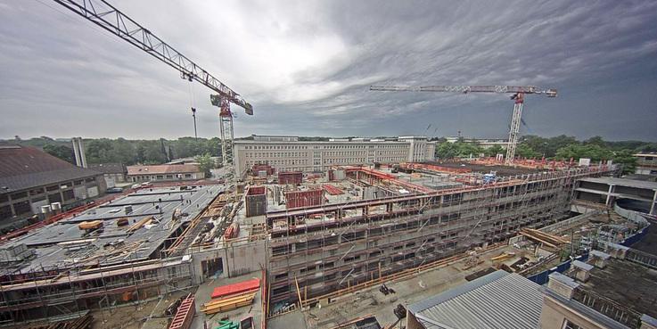 Blick vom Perioperativen Zentrum auf den Rohbau am 30. Mai 2017 - die Decke zwischen dem ersten und zweiten Obergeschoss ist fertig. © 2017 Betrieb für Bau und Liegenschaften Mecklenburg-Vorpommern