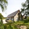 Vor dem Werkstattgebäude parkt der Hänger  mit dem das gemähte Gras abtransportiert werden kann. © 2017 Betrieb für Bau und Liegenschaften Mecklenburg-Vorpommern