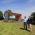 Sanierung abgeschlossen - Lorenz Meyer (links) und Robert Klaus (rechts) vom BBL M-V nach dem Abschluss der Sanierung des Elbberghauses und der Fertigstellung der Außenanlagen im Juni 2017. © 2017 Betrieb für Bau und Liegenschaften Mecklenburg-Vorpommern