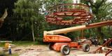 Maßarbeit! Die 8 Tonnen schwere Plattform muss vorsichtig zwischen dem Kran  der Hubanlage und den Bäumen in mehr als 40 Meter Höhe gehievt werden. © 2017 Betrieb für Bau und Liegenschaften Mecklenburg-Vorpommern