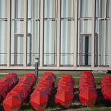 Fassadenansicht Karree mit der Flächenskulptur der Künstlerin Barbara Trautmann © Betrieb für Bau und Liegenschaften Mecklenburg-Vorpommern