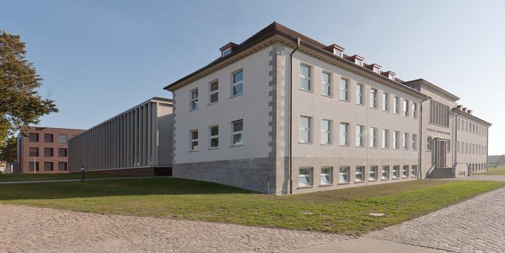 Karreegebäude - rechts das Haupthaus und links der angebaute Neubau  im Hintergrund das Stallgebäude © Betrieb für Bau und Liegenschaften Mecklenburg-Vorpommern