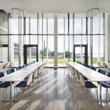 Blick aus dem Speisesaal des Karrees: links das Laborgebäude  vorn die Freifläche mit der Kunst am Bau  Insulaner . © Marion Schmiedling/ Alexander Obst