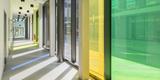 Lichtdurchfluteter Flur mit Farbverglasung im Laborgebäude. © Marion Schmiedling/ Alexander Obst