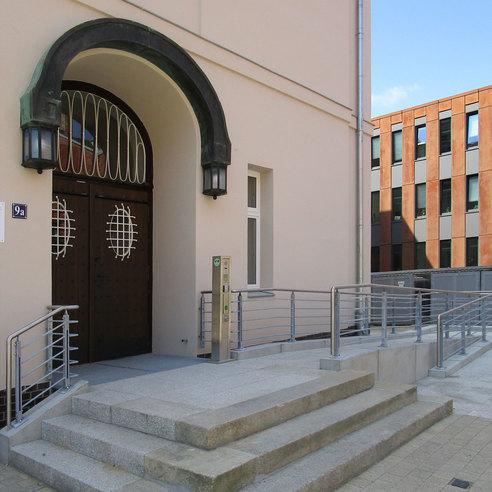 Die neu errichtete Rampe im Eingangsbereich gewährleistet den barrierefreien Zutritt. © 2017 Betrieb für Bau und Liegenschaften Mecklenburg-Vorpommern