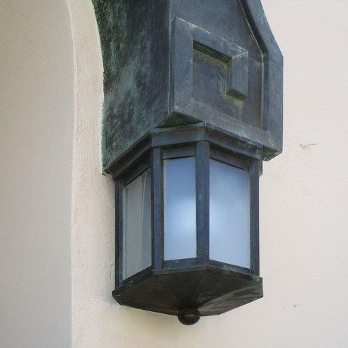 Detailansicht einer historischen Leuchte neben der Eingangstür © 2017 Betrieb für Bau und Liegenschaften Mecklenburg-Vorpommern