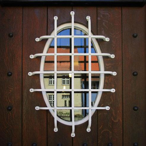 Glasausschnitt mit Gitter  in der historischen Hauseingangstür © 2017 Betrieb für Bau und Liegenschaften Mecklenburg-Vorpommern