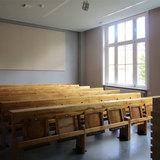 Im kleineren der beiden Hörsäle wurde das historische Gestühl nach Restaurierung wieder eingebaut. © 2017 Betrieb für Bau und Liegenschaften Mecklenburg-Vorpommern