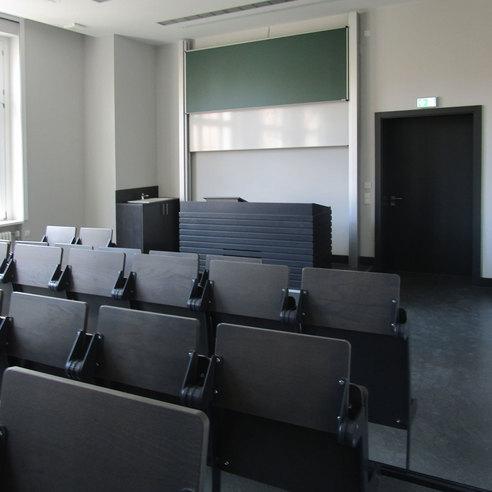 Der größere Hörsaal erhielt neben moderner Hörsaaltechnik und zeitgemäßen Einbauten auch eine neue Hörsaalbestuhlung. © 2017 Betrieb für Bau und Liegenschaften Mecklenburg-Vorpommern