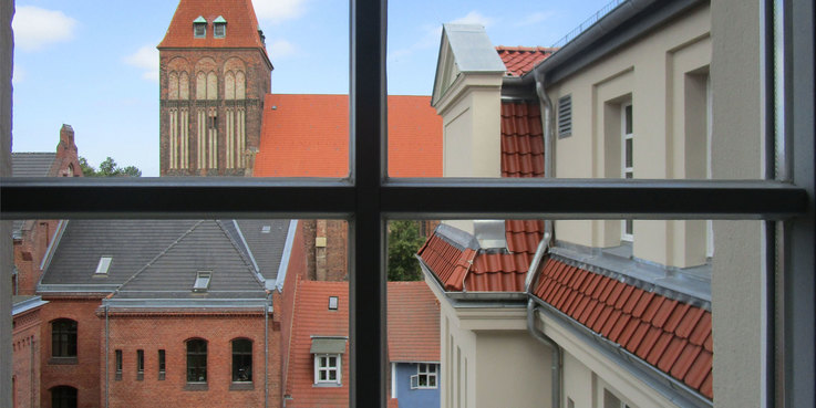 Das Historische Institut ist Bestandteil des historischen Universitätscampus. Aus einigen Räumen bietet sich ein Blick auf Teile der Greifswalder Innenstadt. © 2017 Betrieb für Bau und Liegenschaften Mecklenburg-Vorpommern