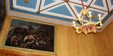 Blick an die Decke und einen restaurierten Kronleuchter. © 2017 Betrieb für Bau und Liegenschaften Mecklenburg-Vorpommern