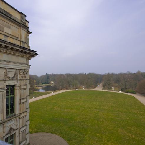 Blick von der Attika des Schlosses Ludwigslust in den Schlosspark  über das Rasenparterre in die Hofdamenallee. © 2017 Betrieb für Bau und Liegenschaften Mecklenburg-Vorpommern