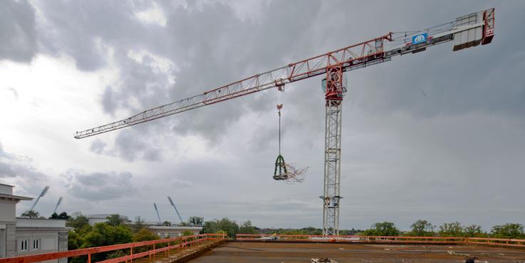 Der Richtkranz des 143 Millionen Euro umfassenden - und damit derzeit größten Bauprojekt des BBL M-V - hängt am Kran über dem Rohbau. © 2017 Betrieb für Bau und Liegenschaften Mecklenburg-Vorpommern