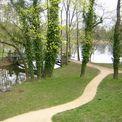 Die geschwungene Wegeführung ist typisch für den Schlosspark in Mirow. © 2017 Betrieb für Bau und Liegenschaften Mecklenburg-Vorpommern