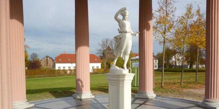 Blickt hinauf zum Schlossberg: Die Figur der Hebe im gleichnamigen Tempel. © 2017 Betrieb für Bau und Liegenschaften Mecklenburg-Vorpommern