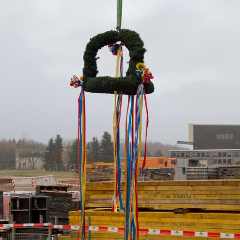Der Richtkranz hängt am Kran und wartet auf seinen Einsatz. © 2017 Betrieb für Bau und Liegenschaften Mecklenburg-Vorpommern