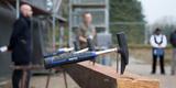 Mit dem Hammer werden gleich die Nagel in den letzten Dachsparren getrieben. © 2017 Betrieb für Bau und Liegenschaften Mecklenburg-Vorpommern