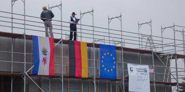 EU  Bund  MV - mit Mitteln der Europäischen Union  der Bundesrepublik und des Landes setzt der BBL M-V Bauprojekte im Staatlichen Hochbau um. © 2017 Betrieb für Bau und Liegenschaften Mecklenburg-Vorpommern