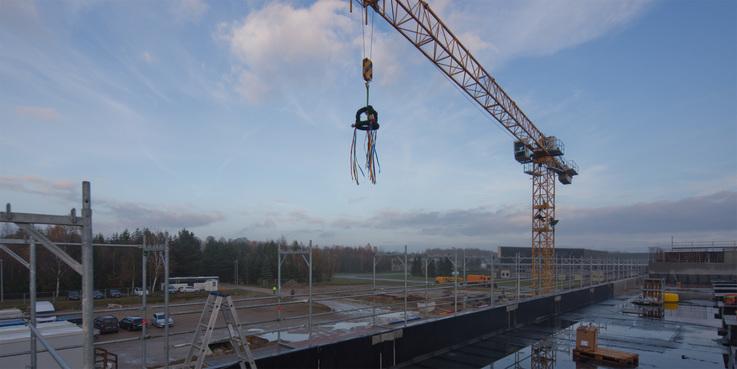 Der Richtkranz schwebt über dem Rohbau. © 2017 Betrieb für Bau und Liegenschaften Mecklenburg-Vorpommern