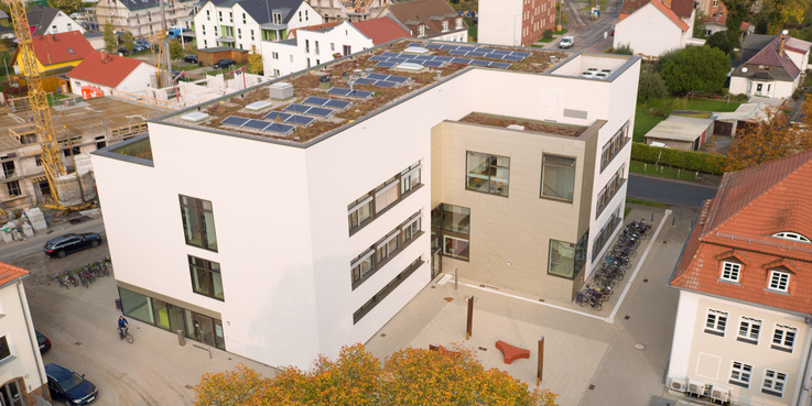 Blick auf den Neubau mit seinem extensiv begrünten Dach - Luftbild vom 17. Oktober 2017. © 2017 Betrieb für Bau und Liegenschaften Mecklenburg-Vorpommern