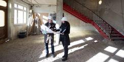 Winfried Tasler und Christiane Schult vom BBL M-V beim Pressetermin am 7. November 2017 - hier im Foyer  in dem die Abbrucharbeiten liefen. © 2017 Betrieb für Bau und Liegenschaften Mecklenburg-Vorpommern