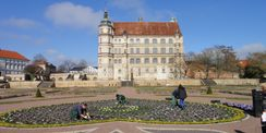 Mitarbeitende des BBL M-V bei der Bepflanzung des Schlossgartens © 2017 Betrieb für Bau und Liegenschaften Mecklenburg-Vorpommern