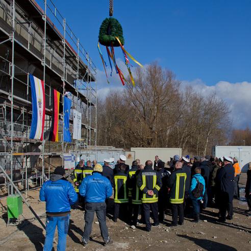 Hängt am Kran über dem Auditorium: der Richtkranz. © 2018 Betrieb für Bau und Liegenschaften Mecklenburg-Vorpommern