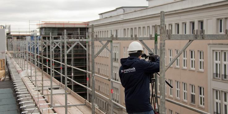 Der Verbinder zwischen dem ZMF (links) und dem Zentrum für Innere Medizin (ZIM) wird im April fertig und zum Mai vom BBL M-V an die Universitätsmedizin Rostock zur Nutzung übergeben. © 2018 Betrieb für Bau und Liegenschaften Mecklenburg-Vorpommern
