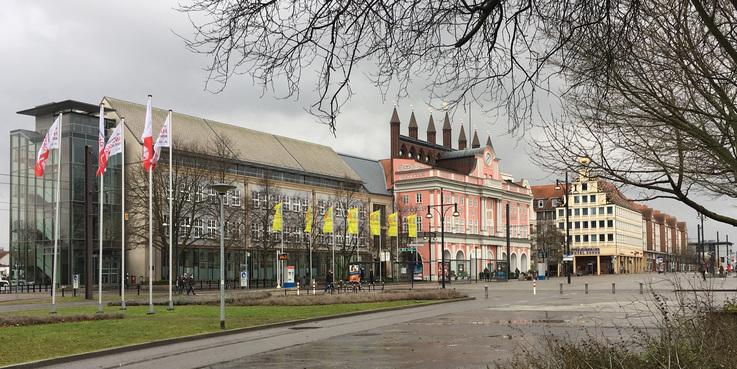 Blick auf das Rathaus am Neuen Markt: Hier stand der Pavillon der Landesregierung am Pfingstwochenende. Der BBL M-V präsentierte sich unter dem Dach des Finanzministeriums M-V. © 2018 Betrieb für Bau und Liegenschaften Mecklenburg-Vorpommern
