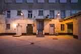 Die alten Lampen im Innenhof leuchten noch. © Jürgen Holzenleuchter  Architekt: Thomas Schlutt  Architekt BDA (schluttundschuldt a r c h i t e k t e n)