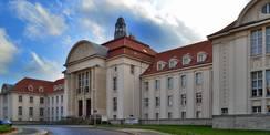 Das Landgericht mit dem Dokumentationszentrum am Demmlerplatz in Schwerin. © 2020 Staatliches Bau- und Liegenschaftsamt Schwerin