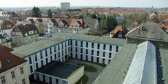 Blick vom Dach. Die Container werden demnächst rückgebaut und das Justizzentrum bekommt einen neuen Anbau. © 2019 Betrieb für Bau und Liegenschaften Mecklenburg-Vorpommern