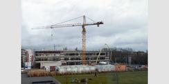 Der Kran dreht sich über dem Baufeld in der Rostocker Südstadt. Das Richtfest für das E-Technikum wird am 16. März 2020 gefeiert. © 2020 Staatliches Bau- und Liegenschaftsamt Rostock