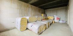 Gut verpackt - Der Rohbau wird demnächst gedämmt. Das Material dafür liegt schon zum Einbau bereit. © 2020 Christian Hoffmann  Finanzministerium Mecklenburg-Vorpommern