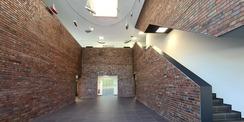 Foyer mit einer hängenden Kunstinstallation von David Mannstein + Dr. Maria Vill  Berlin mit dem Titel  Pa·t·rouil·le  © 2020 Staatliches Bau- und Liegenschaftsamt Neubrandenburg