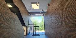Foyer mit Blick zum Eingang  links die ins Obergeschoss führende Treppe © 2020 Staatliches Bau- und Liegenschaftsamt Neubrandenburg