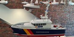 Schiffsmodelle  im Vordergrund das farbige Boot des Zolls © 2020 Staatliches Bau- und Liegenschaftsamt Neubrandenburg