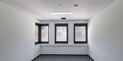 Bürozimmer - Fenster mit integrierter Sonnenschutzjalousie © 2020 Staatliches Bau- und Liegenschaftsamt Neubrandenburg
