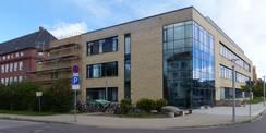 Blick von Süden (Fleischmannstraße) - der Neubau schließt direkt an den Bestand Forschungscluster III an © 2020 SBL Greifswald