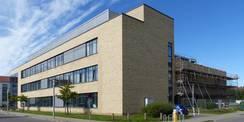 Blick von Nordosten - rechts im Hintergrund der Neubau Forschungscluster IIIa © 2020 SBL Greifswald