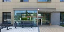 Der Haupteingang des Büro- und Verwaltungsgebäudes - im Spiegelbild das gegenüberliegende alte Rechenzentrum mit roter Fassade  welches nach Inbetriebnahme des neuen RZ abgebrochen wird. © 2020 SBL Greifswald
