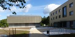 Blick von der Rudolf-Petershagen-Allee auf das neue Rechenzentrum (li.) und das direkt anschließende Büro- und Verwaltungsgebäude (re.) © 2020 SBL Greifswald