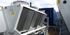 Die für den Betrieb erforderlichen Rückkühlwerke sind auf der südlichen Dachfläche angeordnet. © 2020 SBL Greifswald