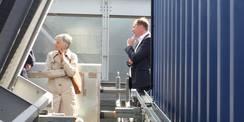 Rektorin Prof. Dr. Johanna Eleonore Weber und Staatssekretär Heiko Miraß lauschen den Erläuterungen der Planer und Nutzer. © 2020 SBL Greifswald