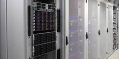 Blick in den Serverraum mit Technikschränken für die HPC-Racks. © 2020 SBL Greifswald