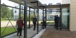 Nach Besichtigung des Rechnergebäudes folgte ein kurzer Blick in das Büro- und Verwaltungsgebäude  erreichbar über den Glasverbinder. © 2020 SBL Greifswald