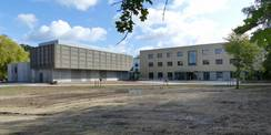 Blick auf das neue Rechenzentrum (links) und das direkt anschließende Büro- und Verwaltungsgebäude (rechts). Die Außenanlagen werden in den kommenden Wochen hergerichtet. © 2020 SBL Greifswald