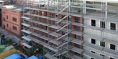 Der Neubau mit dem vorhandenen Grundbuchamt und dem Amtsgericht. (von rechts nach links) © 2020 SBL Neubrandenburg