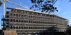 der eingerüstete Rohbau des Gerichtsgebäudes in Greifswald © 2020 SBL Neubrandenburg