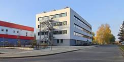 Nord-Ostfassade mit der Fluchttreppe  links der Block F mit dem Zentralarchiv für Akten der Finanzämter © 2020 SBL Neubrandenburg